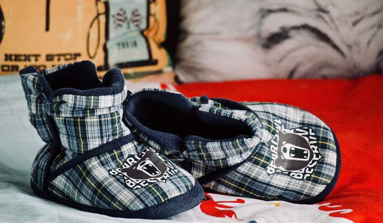 Lasten paljain jaloin kengät