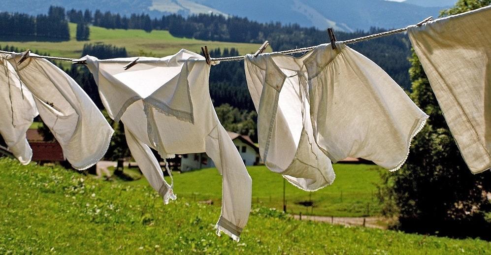 Wäschekorb mit Beinen